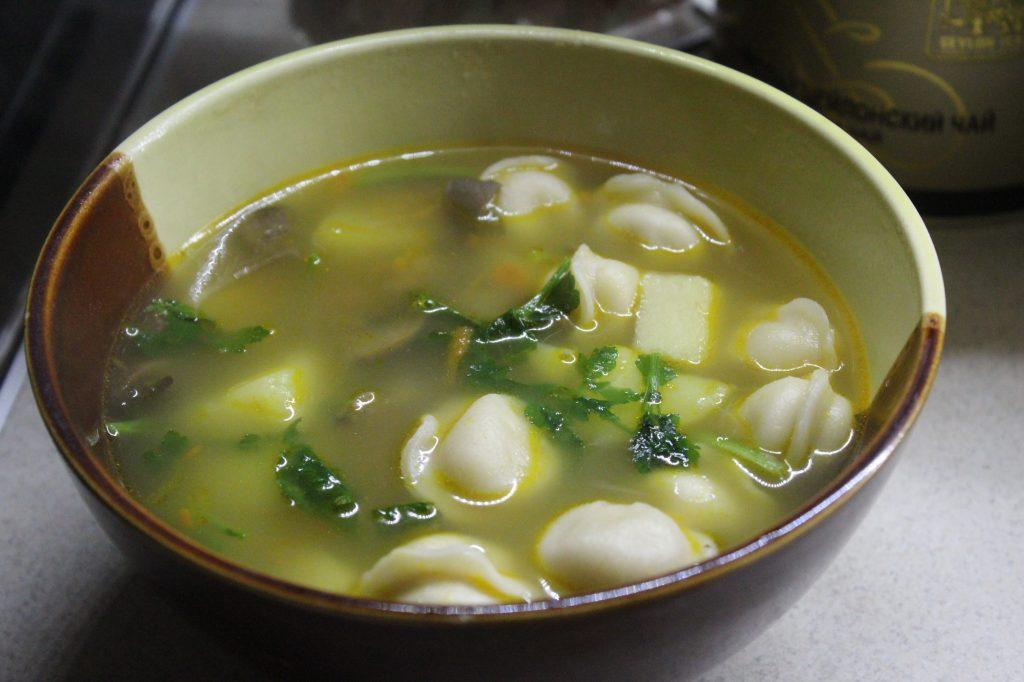 Фото рецепта - Сытный суп с пельменями, грибами и зеленью - шаг 5