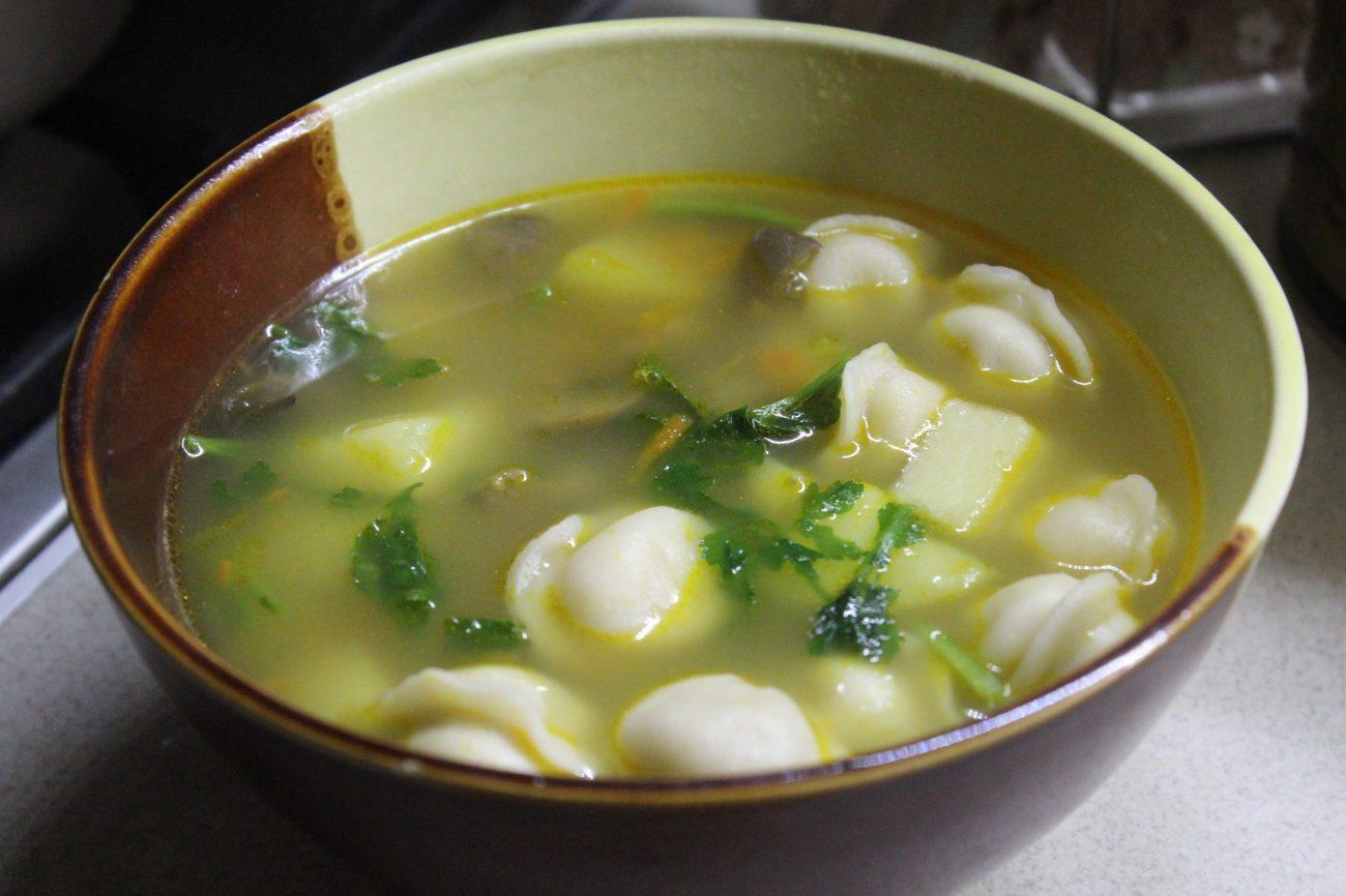 Сытный суп с пельменями, грибами и зеленью