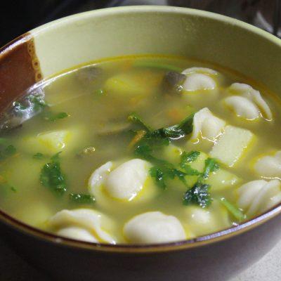 Сытный суп с пельменями, грибами и зеленью - рецепт с фото