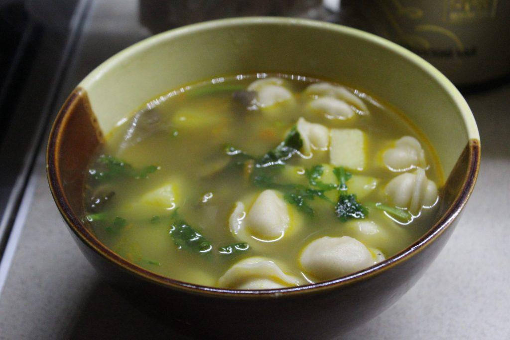 Фото рецепта - Сытный суп с пельменями, грибами и зеленью - шаг 6
