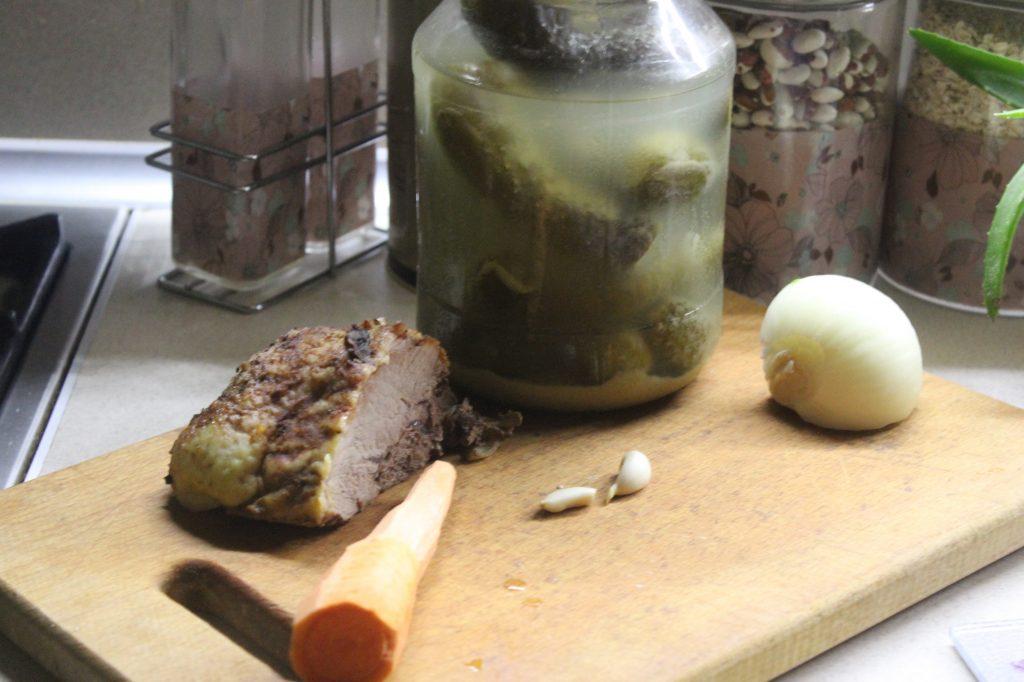 """Фото рецепта - Мясной салат """"Обжорка"""" со свининой и солеными огурчиками - шаг 1"""