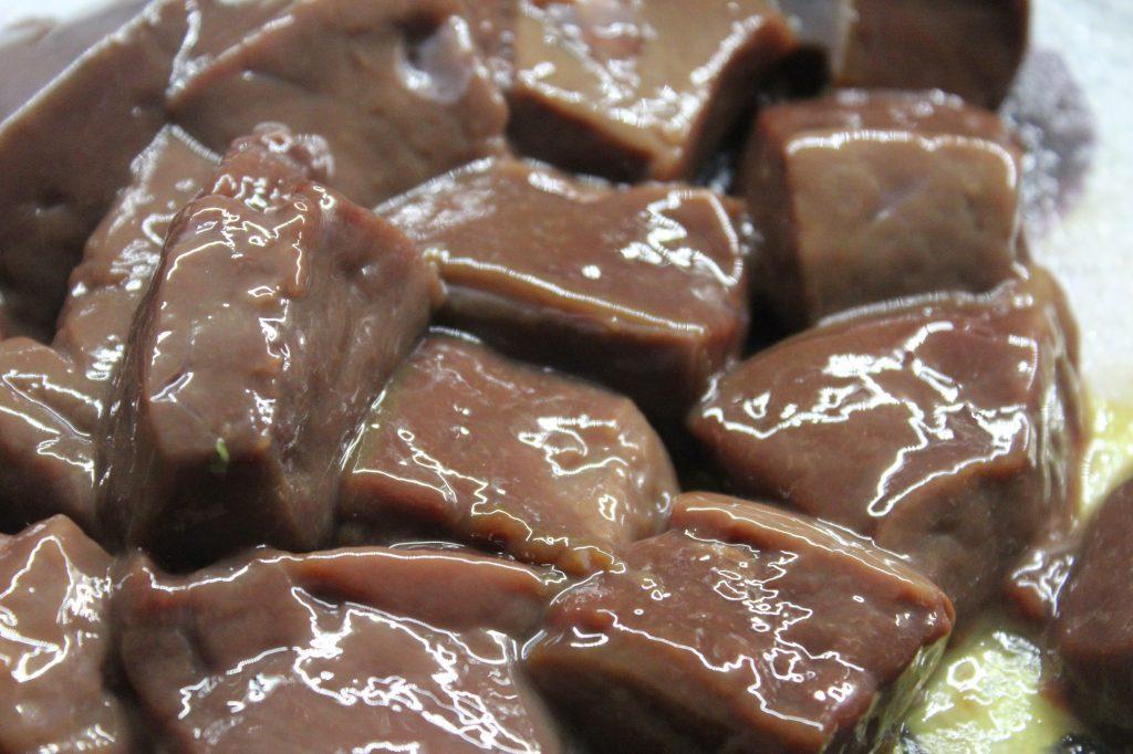Фото рецепта - Жареная печень в соевом соусе с луком - шаг 2