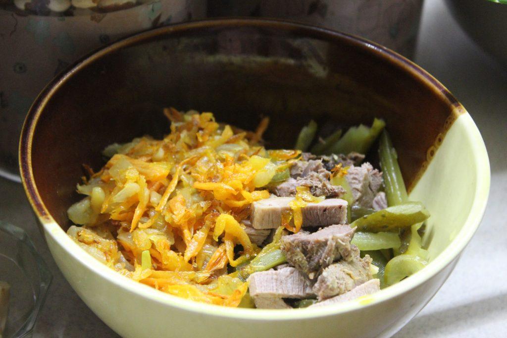 """Фото рецепта - Мясной салат """"Обжорка"""" со свининой и солеными огурчиками - шаг 5"""