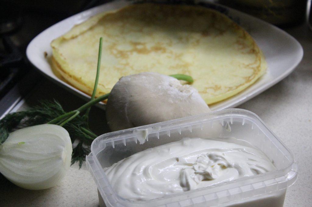 Фото рецепта - Запеченные блины с грибами и луком - шаг 1