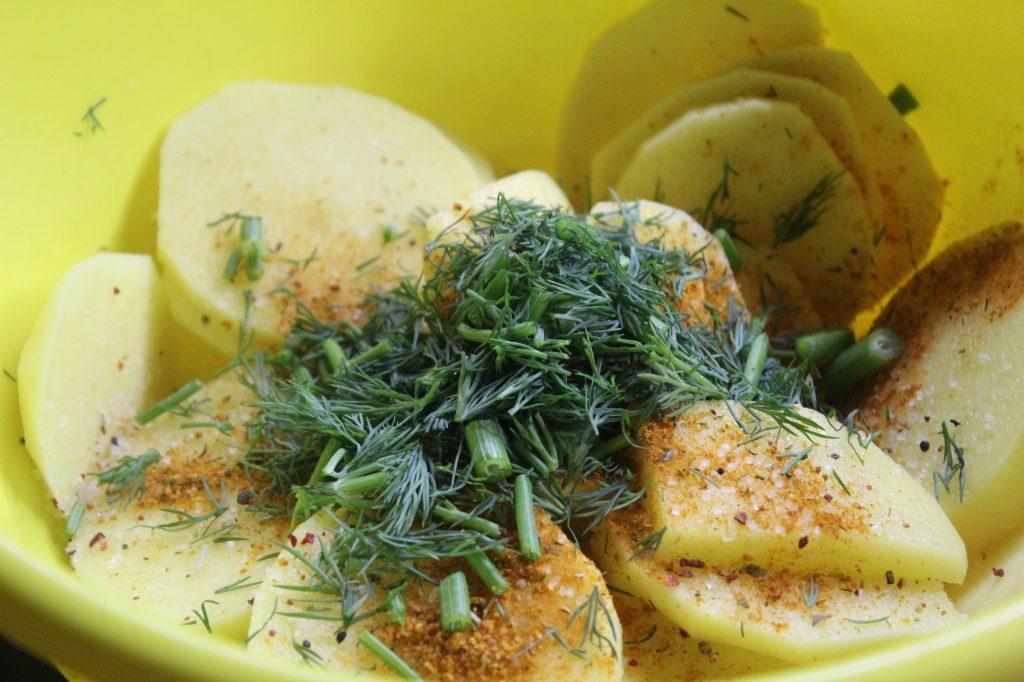 Фото рецепта - Картофель в сметане с зеленью, запеченный в горошках - шаг 1