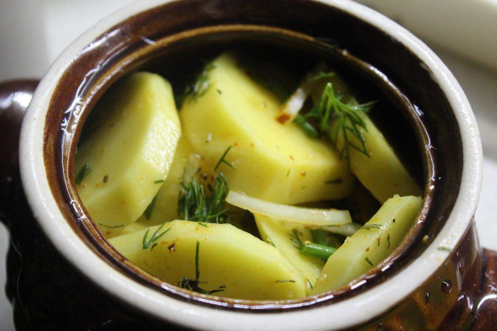 Фото рецепта - Картофель в сметане с зеленью, запеченный в горошках - шаг 3