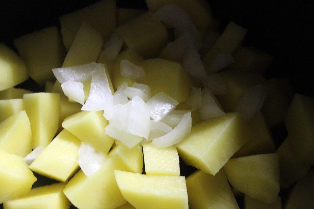 Фото рецепта - Картофельный суп с овсянкой и вареной колбасой - шаг 1