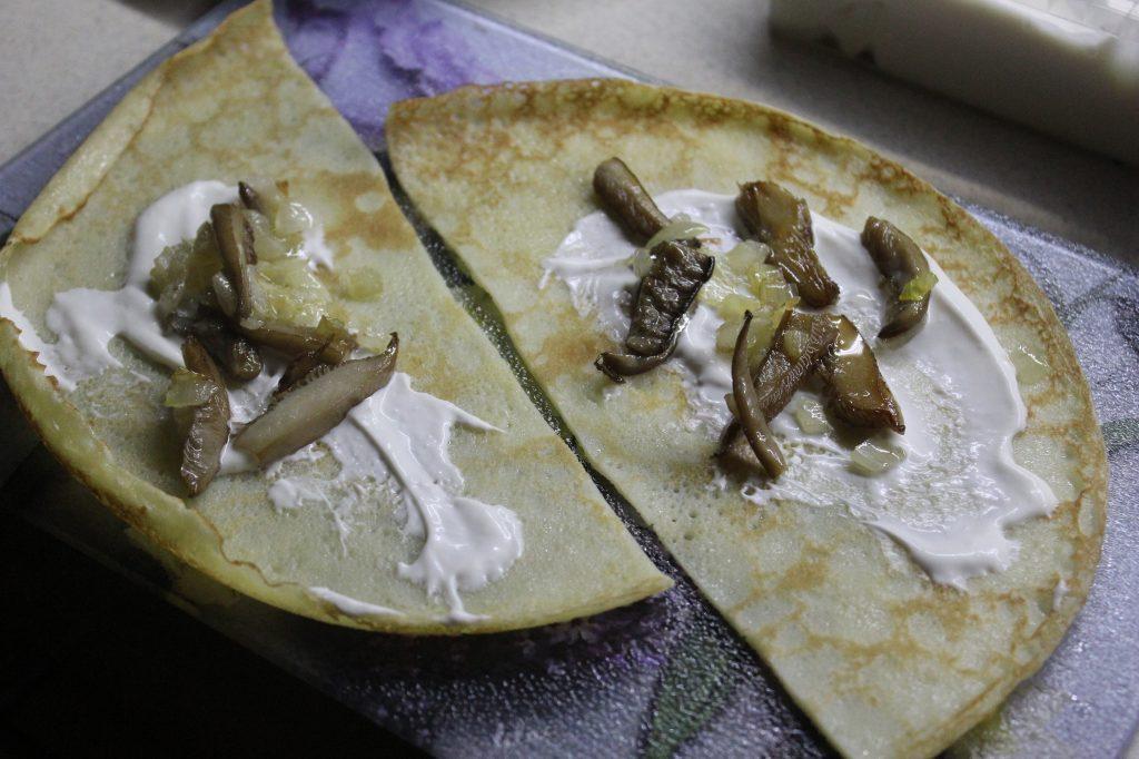 Фото рецепта - Запеченные блины с грибами и луком - шаг 4