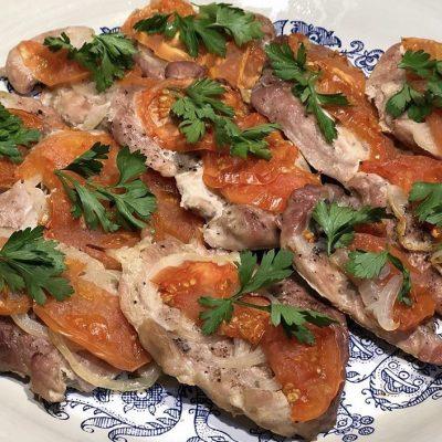 Свиные стейки, запеченные с помидорами - рецепт с фото