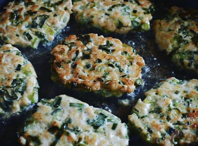 Фото рецепта - Куриные котлетки с зеленым луком - шаг 3