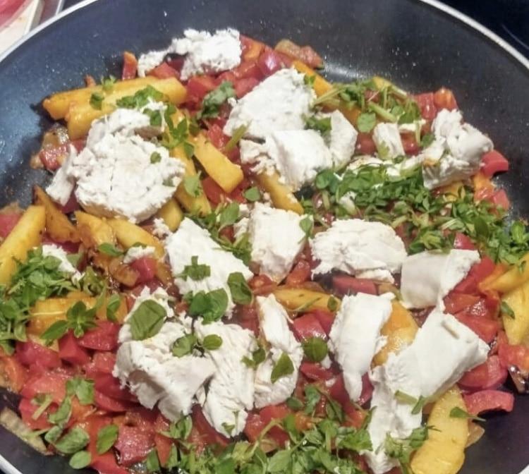 Фото рецепта - Куриный суп со сладким перцем, картофелем и томатами - шаг 4