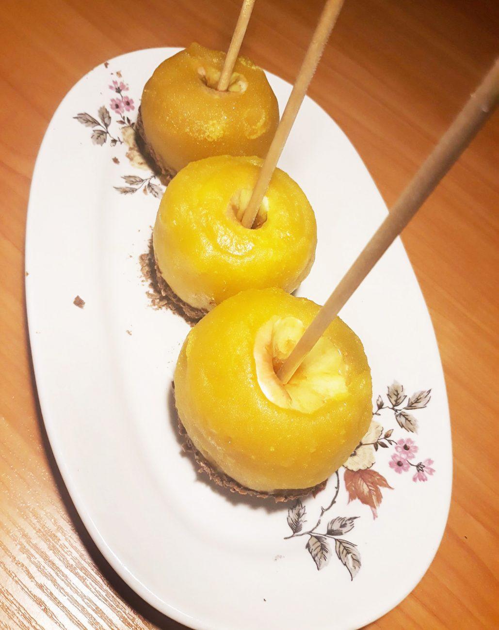 Яблоки в жёлтой карамели и шоколадной крошкой
