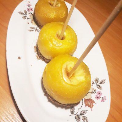 Яблоки в жёлтой карамели и шоколадной крошкой - рецепт с фото