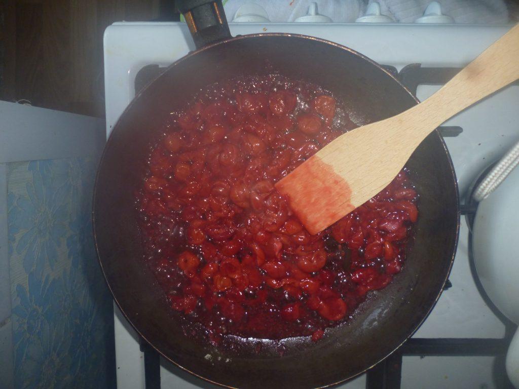 Фото рецепта - Королевская ватрушка с вишневой начинкой - шаг 2