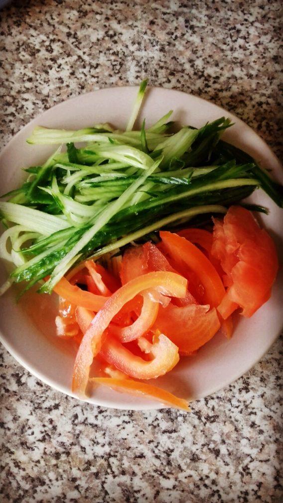 Фото рецепта - Шаурма домашняя с куриной начинкой и овощами - шаг 2