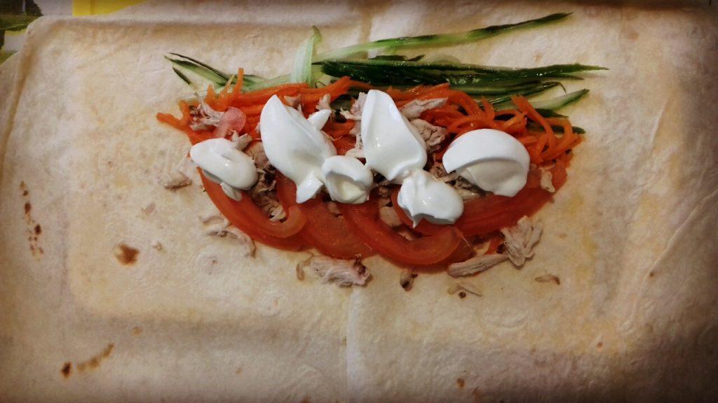 Фото рецепта - Шаурма домашняя с куриной начинкой  и овощами - шаг 3