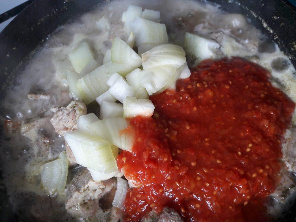 Фото рецепта - Нежная свининка в томате - шаг 5