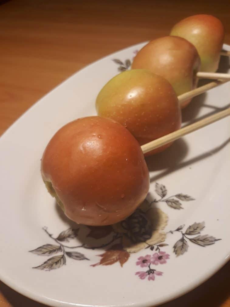 Фото рецепта - Яблоки в жёлтой карамели и шоколадной крошкой - шаг 1