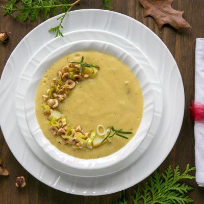 Суп из лука-порея и картофеля с жареным фундуком - рецепт с фото