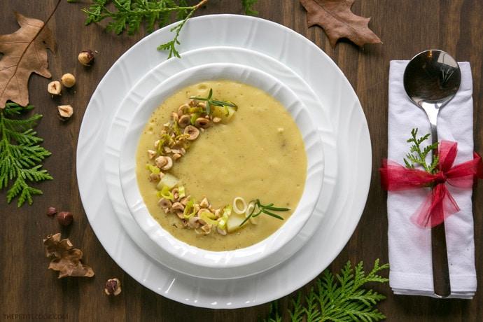 Суп из лука-порея и картофеля с жареным фундуком