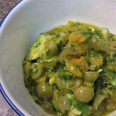 Теплый зеленый салат из жареных помидор и авокадо - рецепт с фото