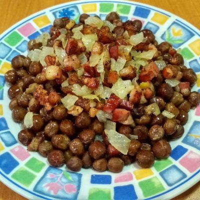 Серый горох со шпеком (гарнир) - рецепт с фото