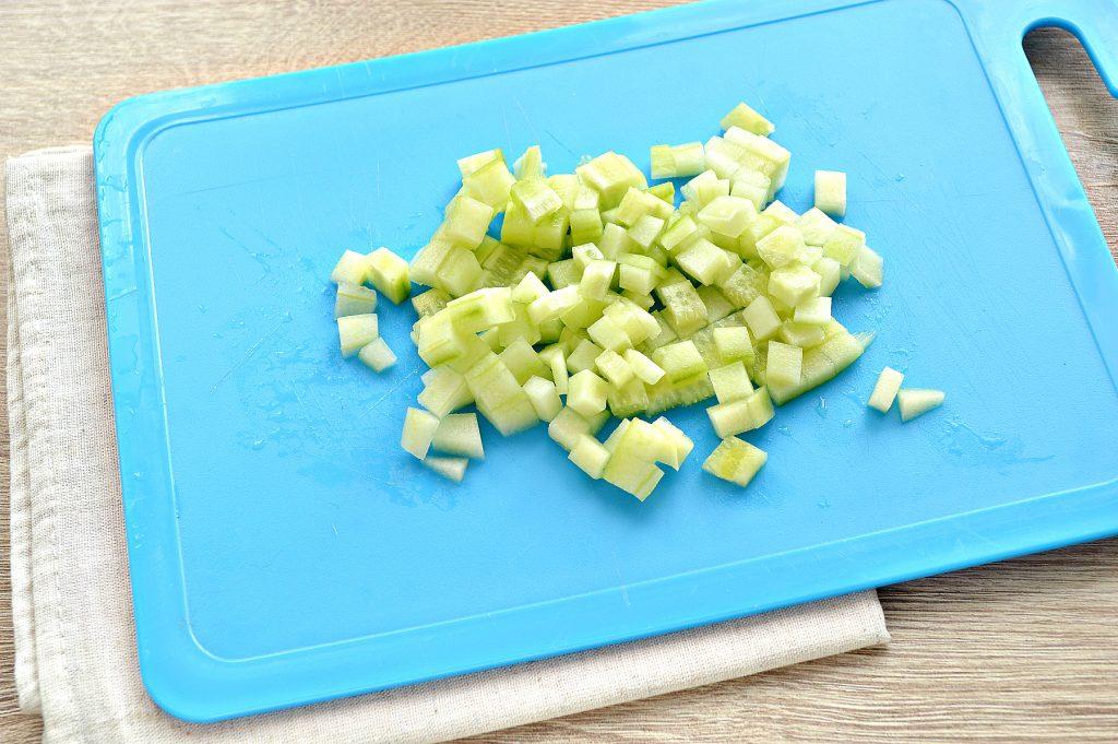 Фото рецепта - Вкусный салат с мандарином, огурцом и крабовыми палочками - шаг 1