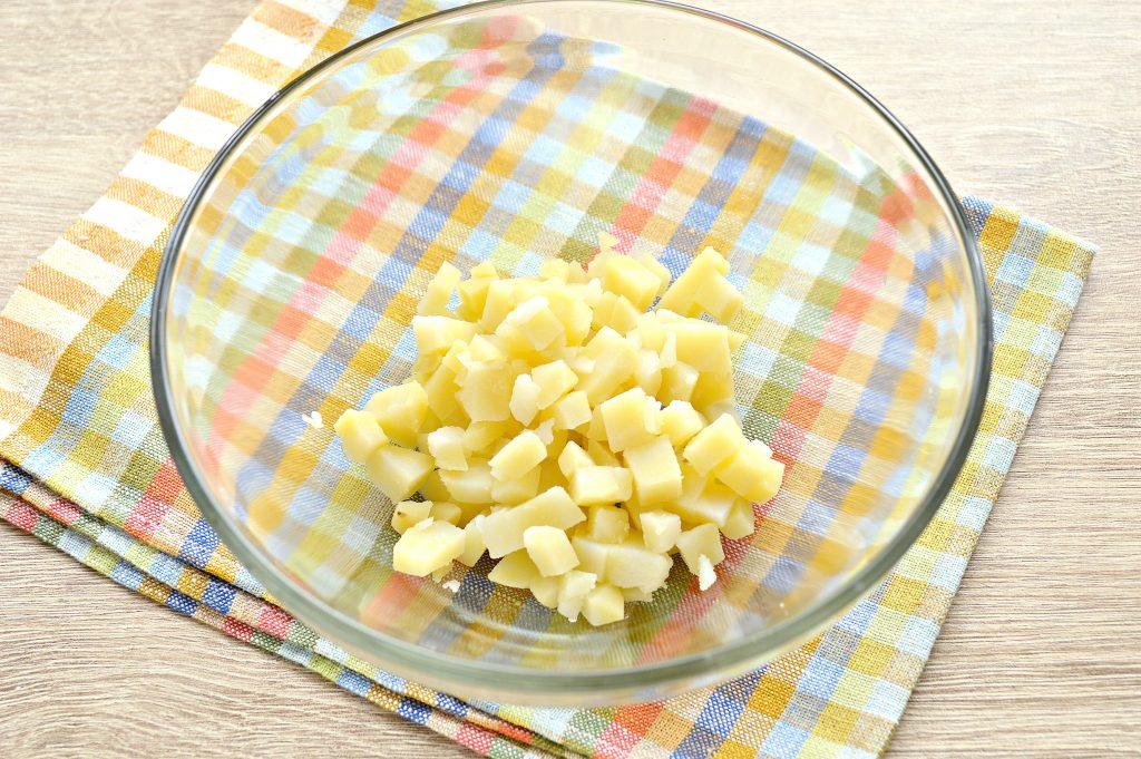 Фото рецепта - Картофельный салат с сельдью и горошком - шаг 1