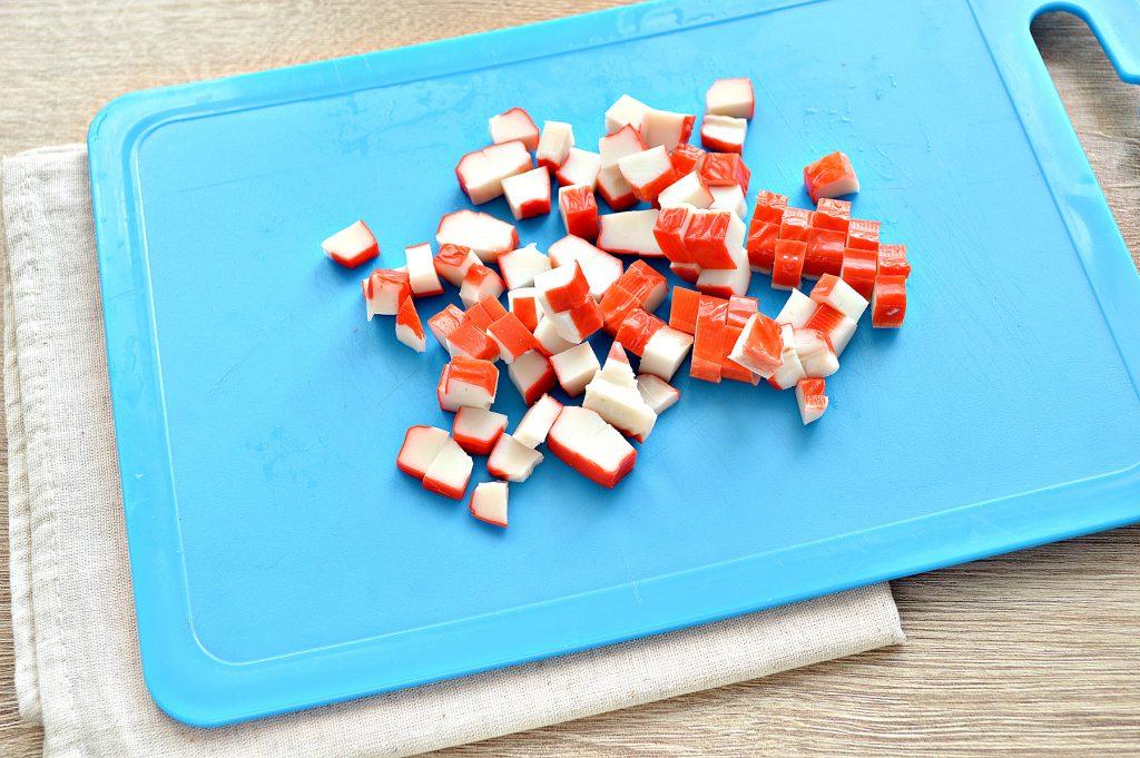 Фото рецепта - Вкусный салат с мандарином, огурцом и крабовыми палочками - шаг 2
