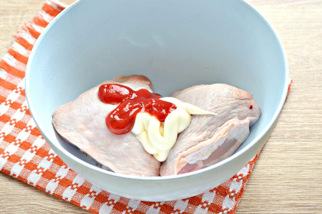 Фото рецепта - Куриные бедра в духовке в майонезно-томатном маринаде - шаг 2