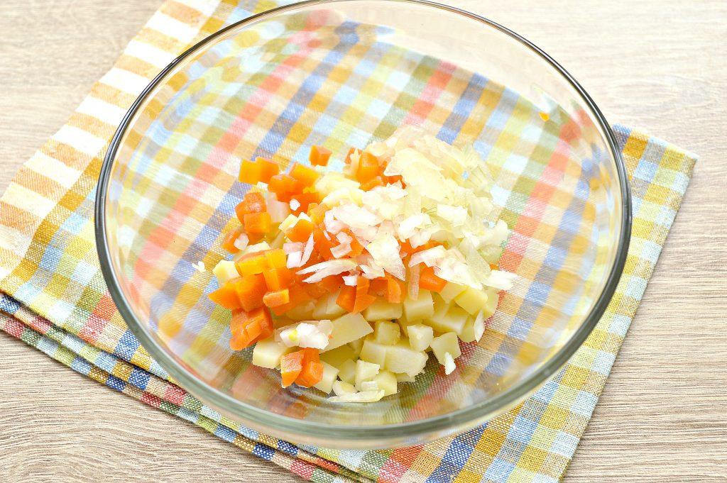 Фото рецепта - Картофельный салат с сельдью и горошком - шаг 2