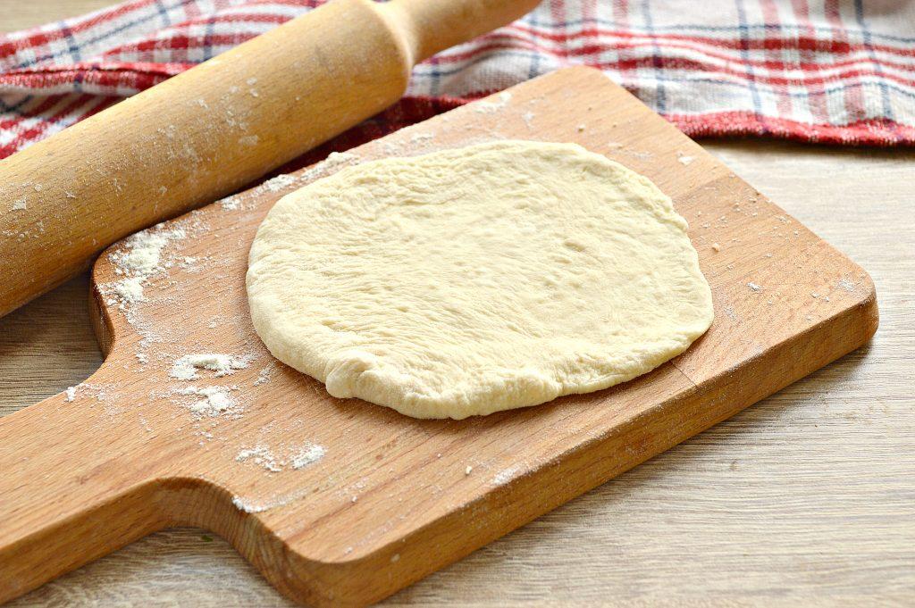 Фото рецепта - Лепешки на сковороде с сырной начинкой - шаг 2