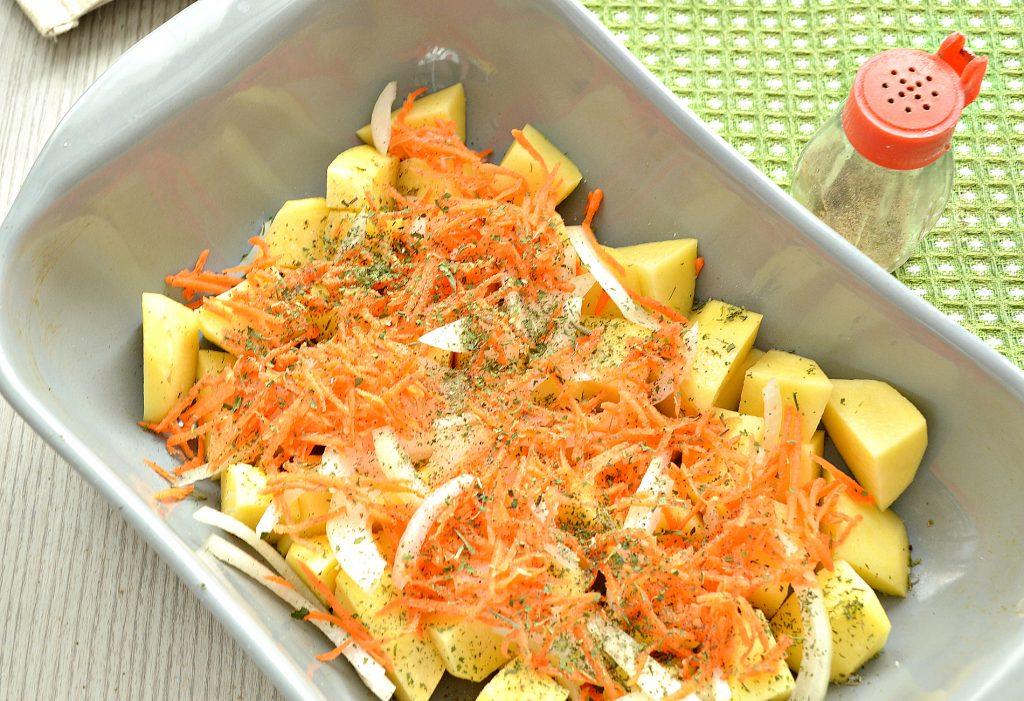 Фото рецепта - Картофель, запеченный со свининой в духовке - шаг 2