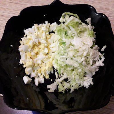 """Фото рецепта - Салат """"Нежный"""" с курицей, пекинской капустой и огурцами - шаг 4"""