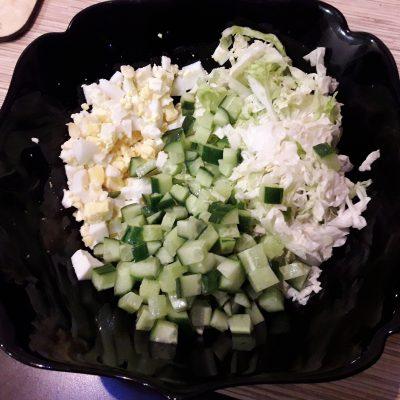 """Фото рецепта - Салат """"Нежный"""" с курицей, пекинской капустой и огурцами - шаг 5"""