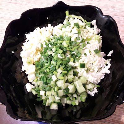 """Фото рецепта - Салат """"Нежный"""" с курицей, пекинской капустой и огурцами - шаг 6"""