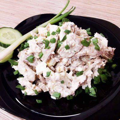 Салат с курицей и шампиньонами - рецепт с фото