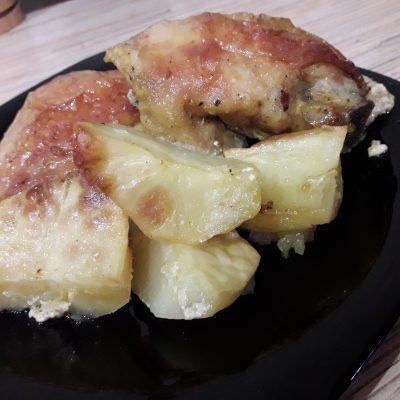 Фото рецепта - Куриные бедра запеченные с картошкой - шаг 5