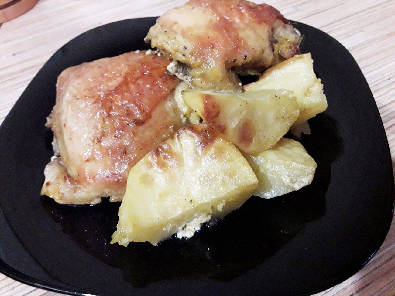 Куриные бедра запеченные с картошкой