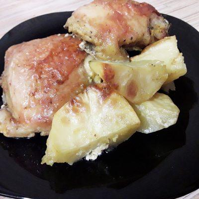 Куриные бедра запеченные с картошкой - рецепт с фото