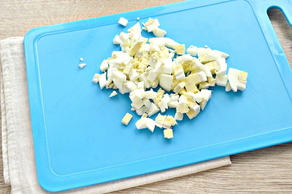 Фото рецепта - Вкусный салат с мандарином, огурцом и крабовыми палочками - шаг 3
