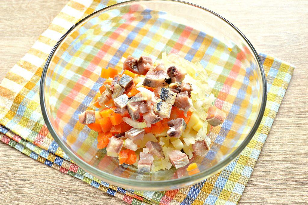 Фото рецепта - Картофельный салат с сельдью и горошком - шаг 3