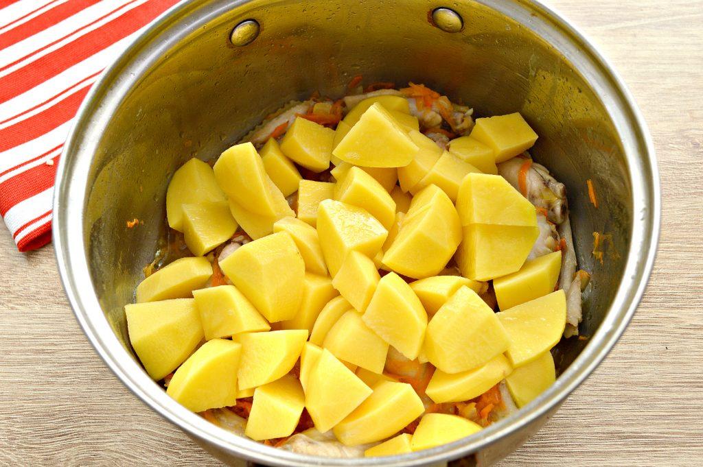Фото рецепта - Куриные крылышки, тушеные с овощами и картофелем - шаг 3