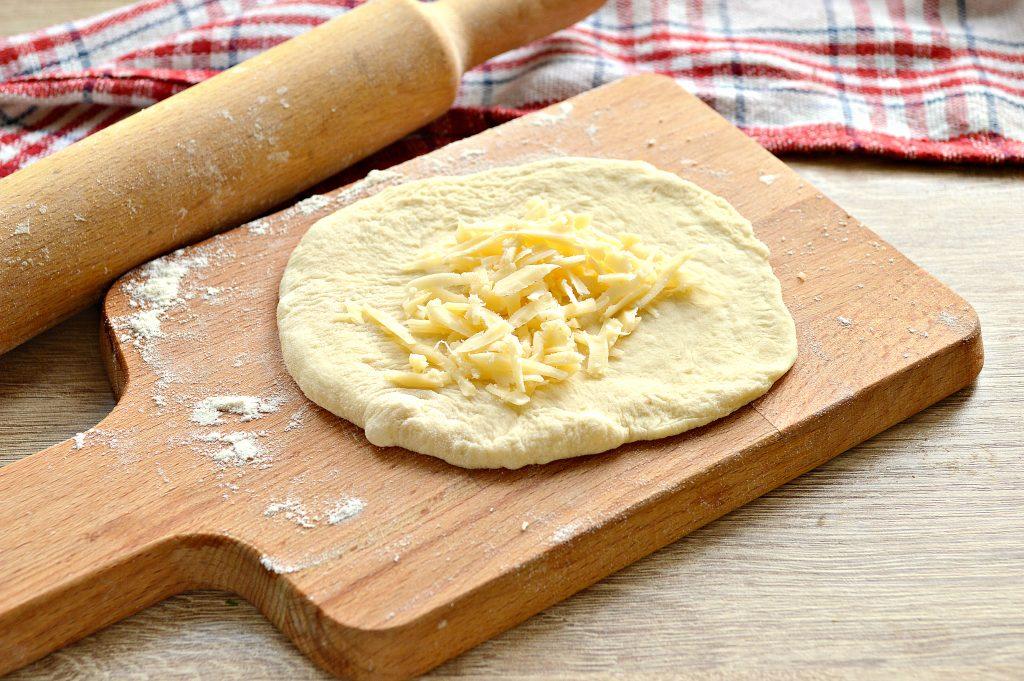 Фото рецепта - Лепешки на сковороде с сырной начинкой - шаг 3