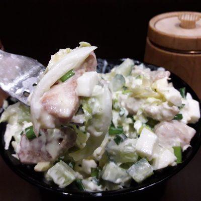 """Фото рецепта - Салат """"Нежный"""" с курицей, пекинской капустой и огурцами - шаг 8"""