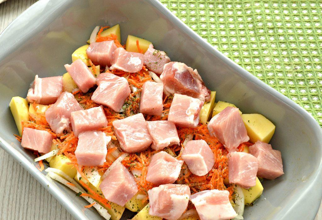 Фото рецепта - Картофель, запеченный со свининой в духовке - шаг 3
