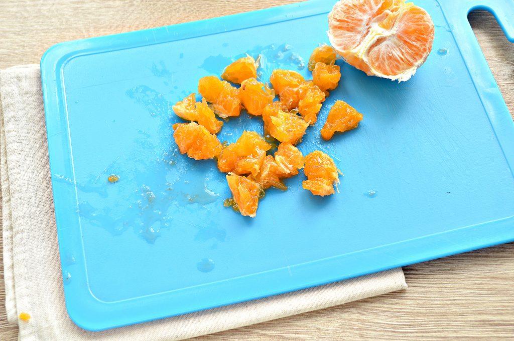 Фото рецепта - Вкусный салат с мандарином, огурцом и крабовыми палочками - шаг 4