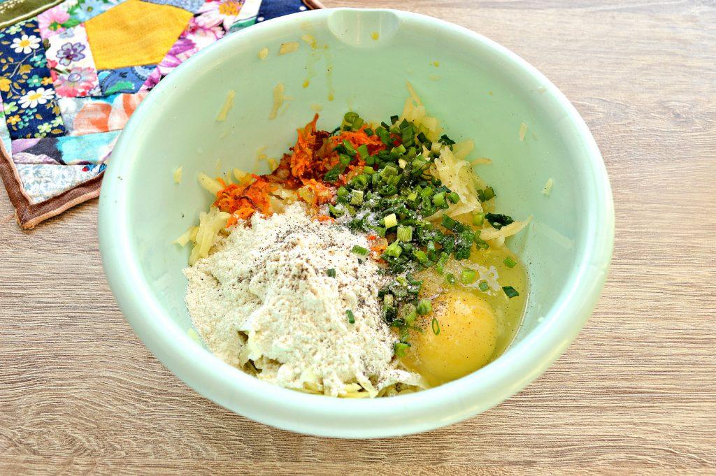 Фото рецепта - Картофельные драники с морковью, луком, зеленью - шаг 4