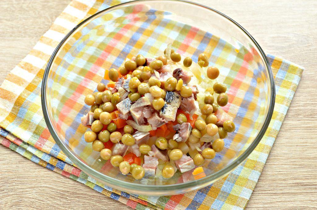 Фото рецепта - Картофельный салат с сельдью и горошком - шаг 4