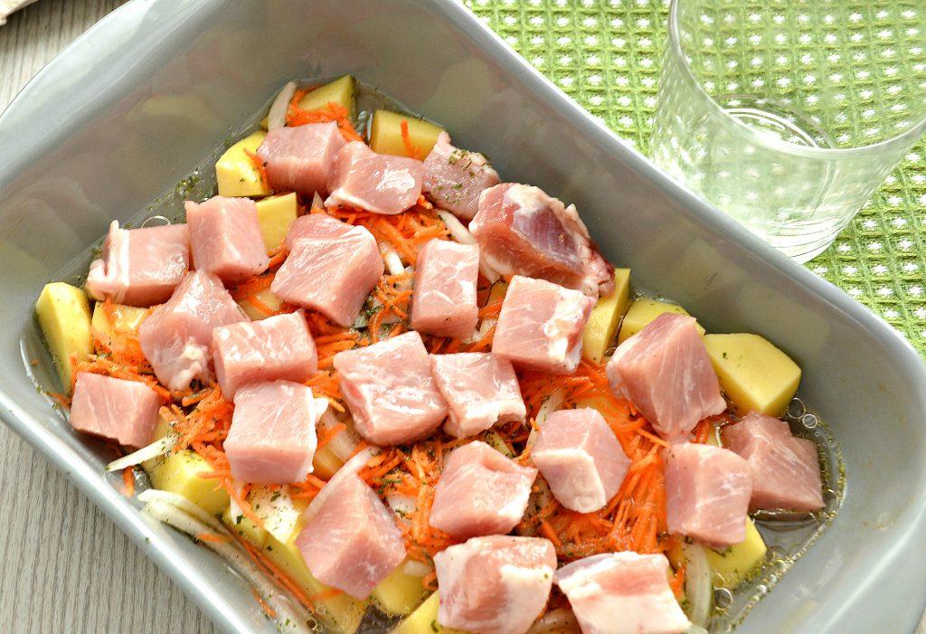 Фото рецепта - Картофель, запеченный со свининой в духовке - шаг 4